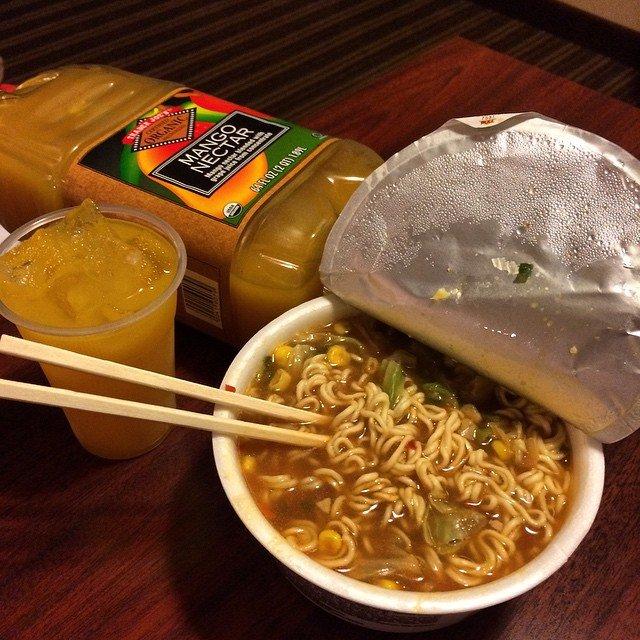 泡麵上的那一層「蓋子」,經常造成食用上的困擾。(示意圖/Chung Lun Chiang@Flickr)