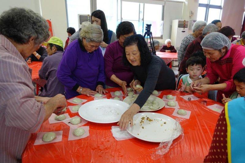 祖孫一起來做粿,新北深坑土庫里的鼠麴粿是清明節傳統的食品。(圖/深坑區公所提供)
