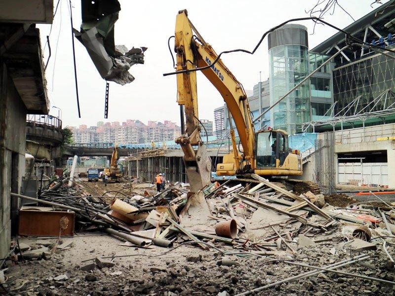 圖二:舊火車站圍牆怪手等機具進場拆除。(圖/張毅攝)