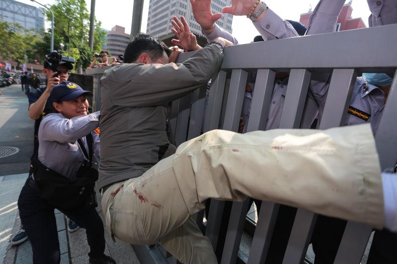 20170329-台灣警消聯盟29日於北市舉行329大遊行,並突破警方鎮江街封鎖線,試圖攀爬入立院。(顏麟宇攝)