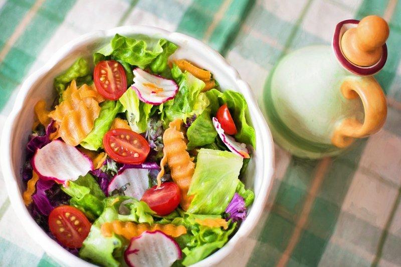 攝取蔬果固然有益健康,但若一次吃太多,當心帶來反效果。(圖/Pixabay)