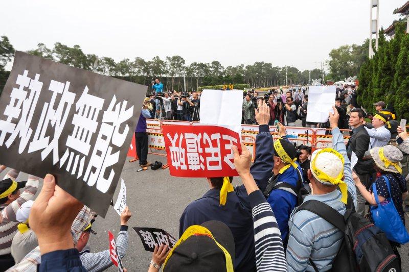20170329-台灣警消聯盟29日至忠烈祠前向總統蔡英文陳情,並手持「執ˊ政無能」「全民遭殃」標語。(顏麟宇攝)