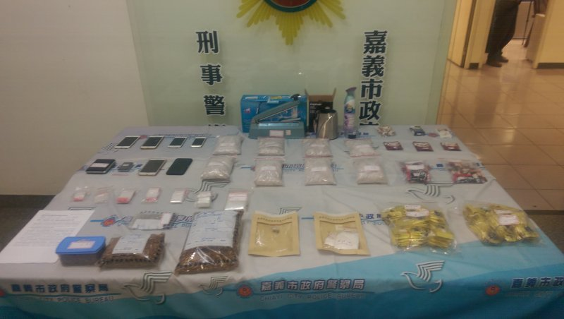 嘉義警方查獲三級毒品混裝工廠混裝咖啡包及感冒膠囊。(圖/嘉義市警察局提供)