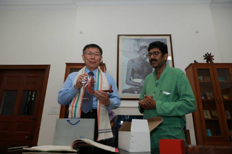 20170330-甘地紀念館館長DIPANKER SHRIGYAN致贈甘地生前使用的木紡車造型紀念品給予柯文哲。〈取自台北市政府〉