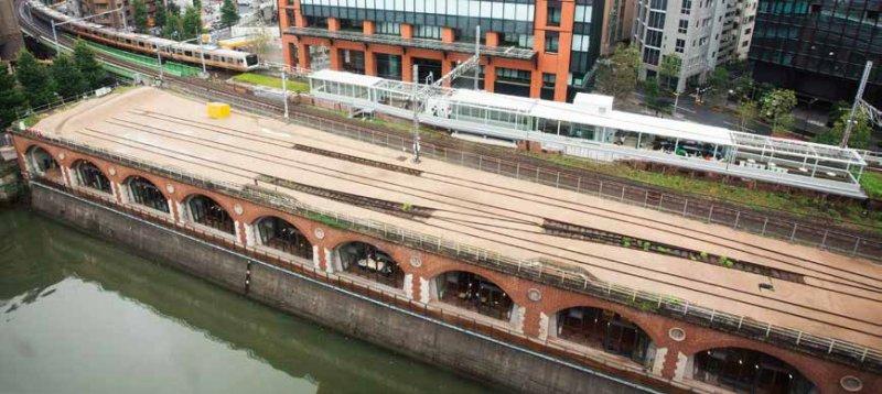 曾經的月台上設置了玻璃屋,中央線快速電車從兩側疾駛而過。前方的空間,曾是中央本線長距離列車的起站月台,之後變成留置軌道,現在則完全不再使用。(圖/麥田出版提供)