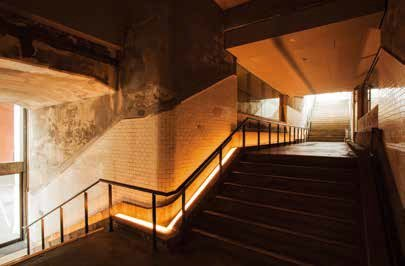 「1912 階梯」是1912 年萬世橋車站啟用時所建造的階梯。鐵道博物館(之後的交通博物館)開幕以來,就轉而使用「1935階梯」作為車站的階梯。此階梯是由厚重的花崗岩與稻田石打造而成,睽違70 年才終於展示給大眾。(圖/麥田出版提供)