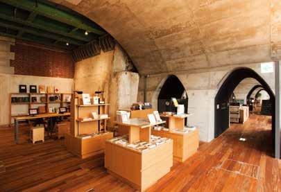「傳遞足以誇耀世界的日本價值的『圖書館』」。除了展示萬世橋站透視模型、利用iPad 廣宣「萬世橋編年史」等的電子資料庫,還販售萬世橋或周邊地域相關的書籍或商品等。(圖/麥田出版提供)