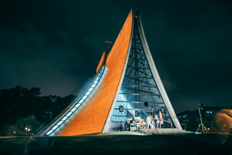 夜晚的路思義教堂。(圖/flickr)