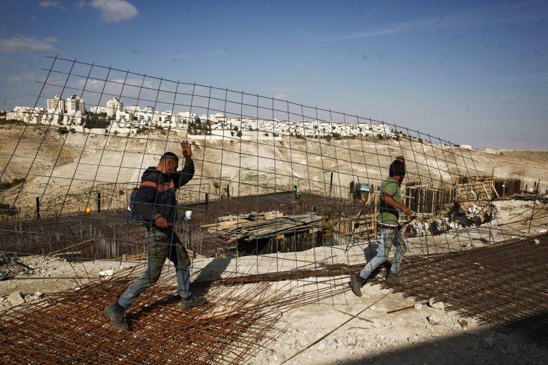 正在興建屯墾區的猶太人民。(美聯社)