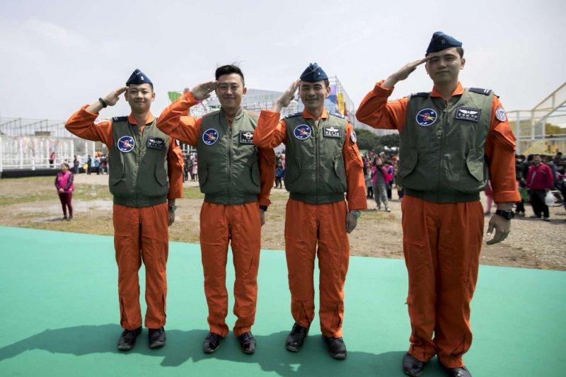 市長林智堅身穿空軍飛行衣現身,為「2017新竹市兒童藝術節-風的運動場」揭開序幕。(新竹市政府行政處公關與新聞科提供)