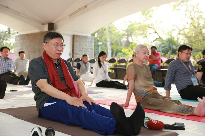 reg台北市長柯文哲訪問印度,並體驗德里大學甘地中心的瑜珈課程。(台北市政府提供).jpg