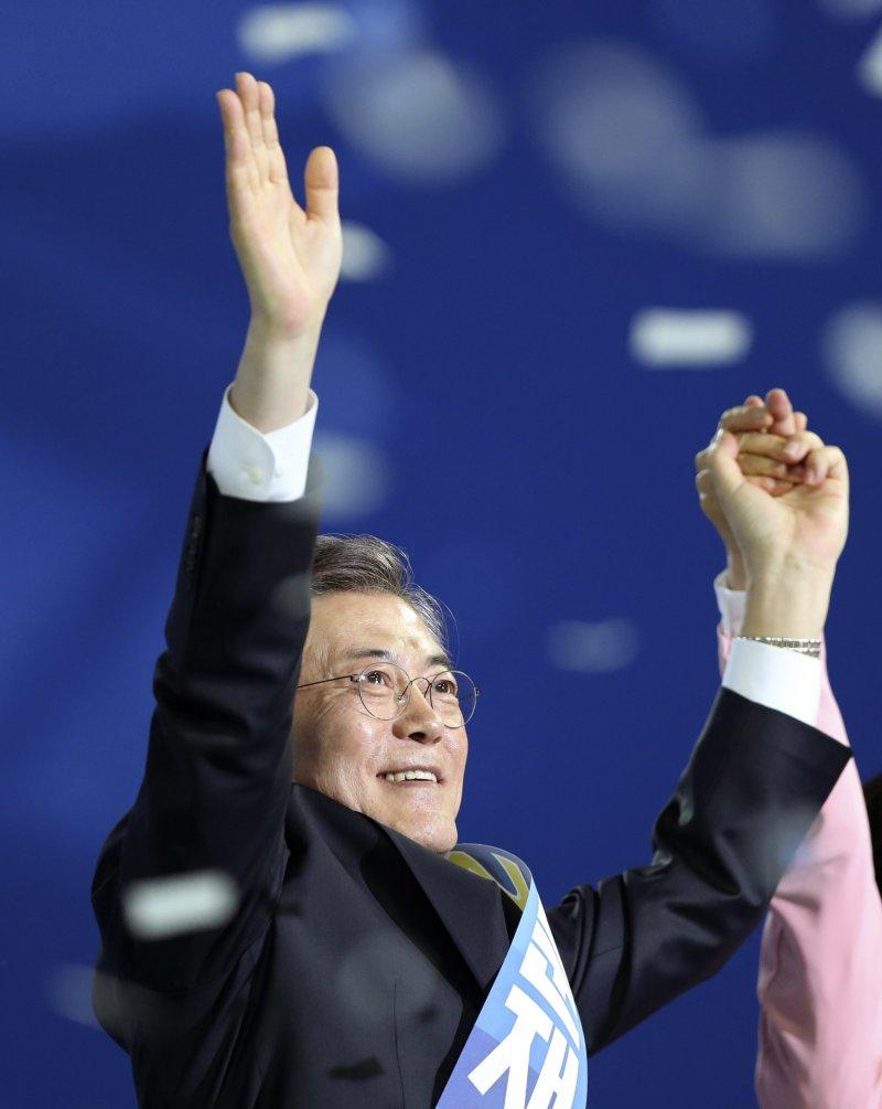 南韓共同民主黨前黨魁文在寅3日從黨內初選勝出,成為該黨總統候選人(AP)