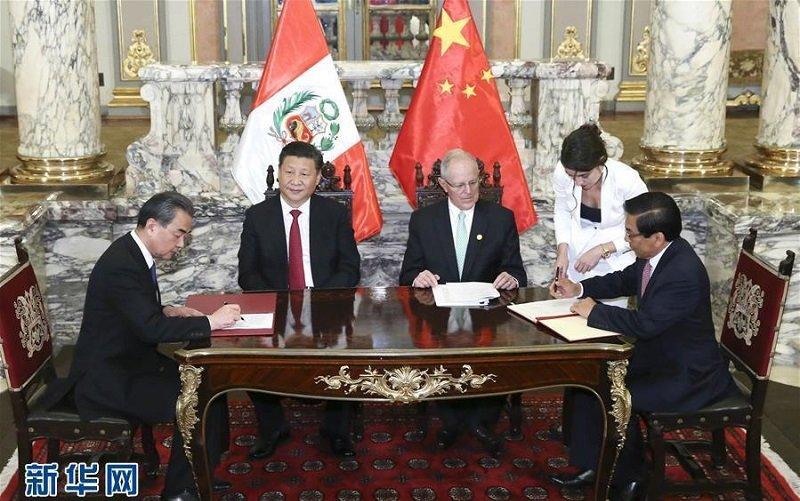 2016年11月21日,習近平在利馬同秘魯總統庫琴斯基見證兩國合作文件簽署。(新華社)