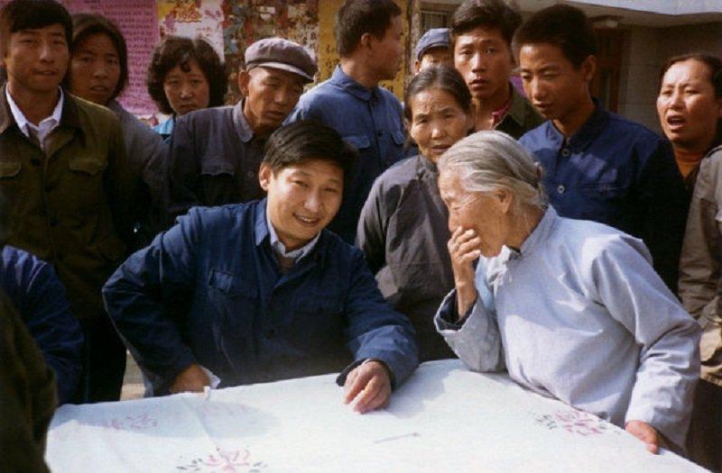 1983年,時任河北正定縣縣委書記的習近平在與群眾交談,最後他同意了臨濟寺新開放。( 人民網)