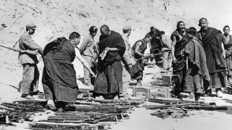 1959年西藏僧侶向中國軍隊交出武器。(BBC中文網)