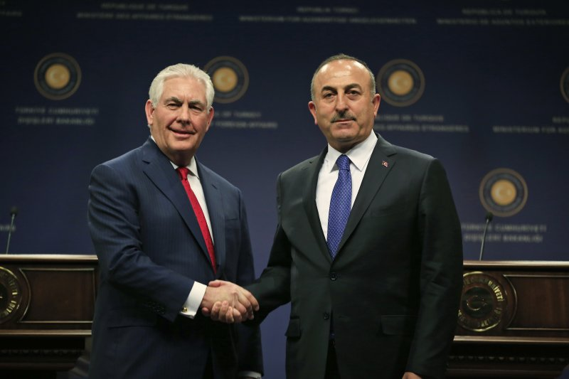 美國國務卿提勒森(右)與土耳其外長恰武什奧盧,美國已將敘利亞重心移往打擊伊斯蘭國。(美聯社)