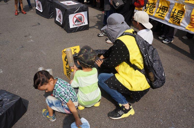 竟將幼兒帶至抗議現場,抗議方式無所不用其極實為不妥。(圖/可寧衛提供)