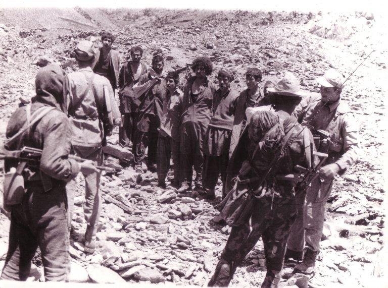 蘇聯軍隊與被抓到的阿富汗人(圖/說書提供)