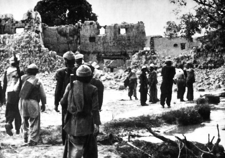 阿富汗的聖戰士回到被蘇聯毀掉的村莊(圖/說書提供)