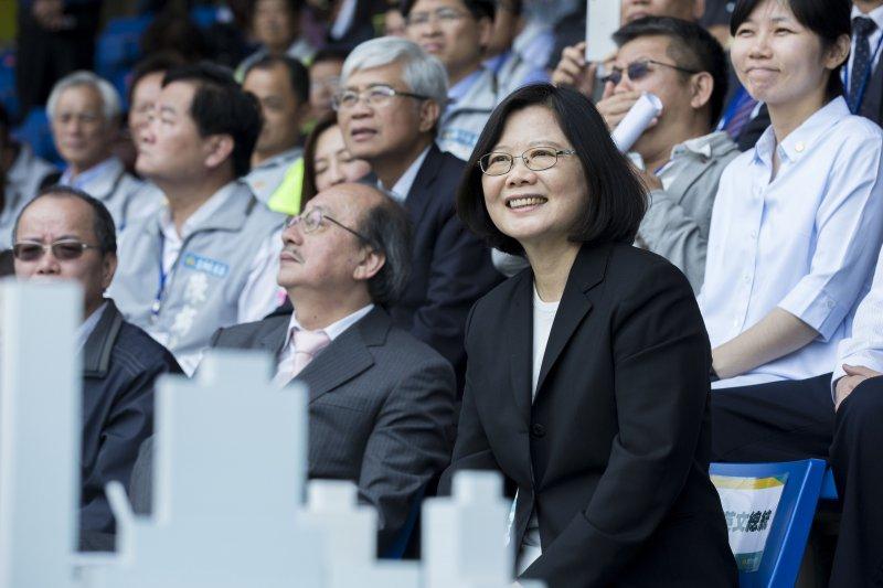 20170406-總統蔡英文6日親自前往新竹市立棒球場視察,並承諾新球場完工後會再到現場為台灣棒球加油。(新竹市政府提供)