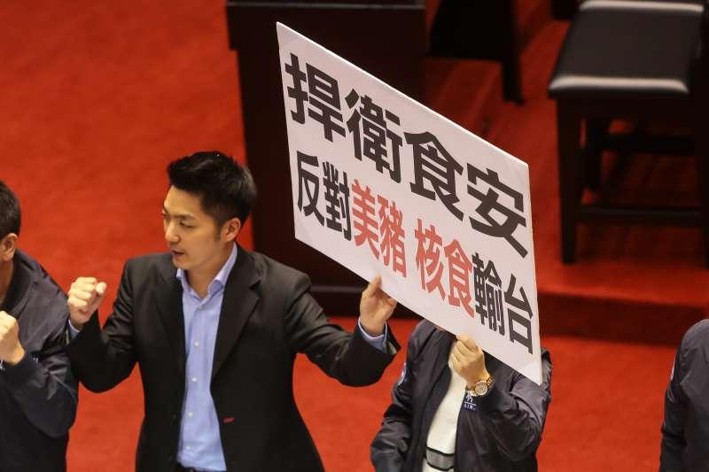 20170407-國民黨立委蔣萬安7日於議事日程草案討論事項表決時,並高舉「捍衛食安,反對美豬核食輸台」標語。(顏麟宇攝)
