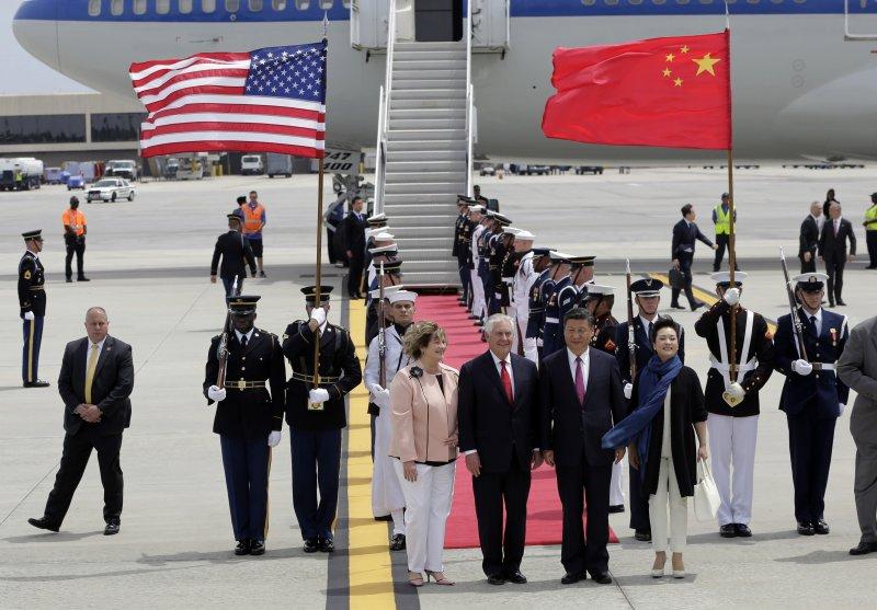 美國國務卿提勒森在機場迎接習近平。(美聯社)