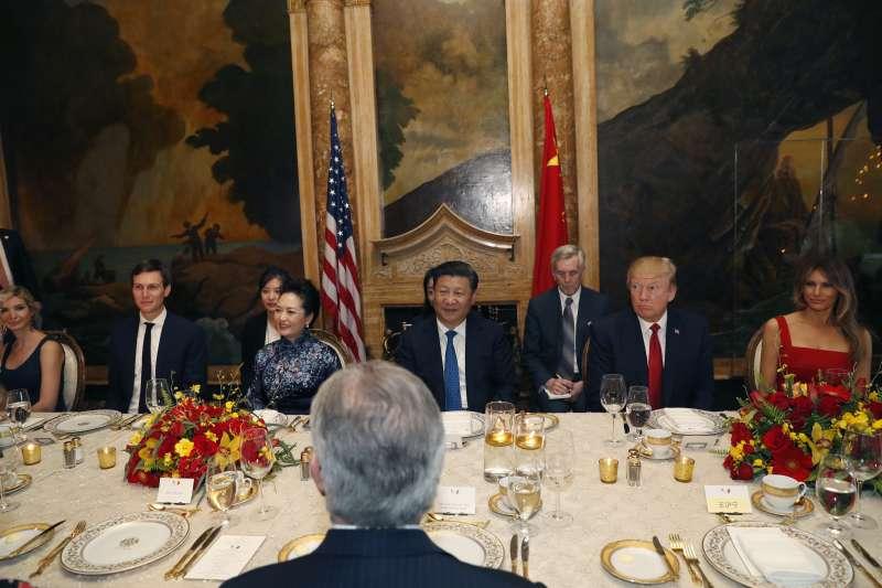 美國總統川普(右二)與中國國家主席習近平(中)在佛羅里達的海湖莊園俱樂部首度會面、川習會(AP)