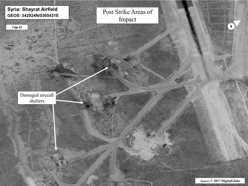 美國海軍7日公佈空襲敘利亞後的衛星照片,照片標示說明顯示,敘利亞謝拉特空軍基地多處飛機掩體在空襲後損毀,但照片並未明顯標示出任何飛機殘骸。(圖片取自美國海軍官網)
