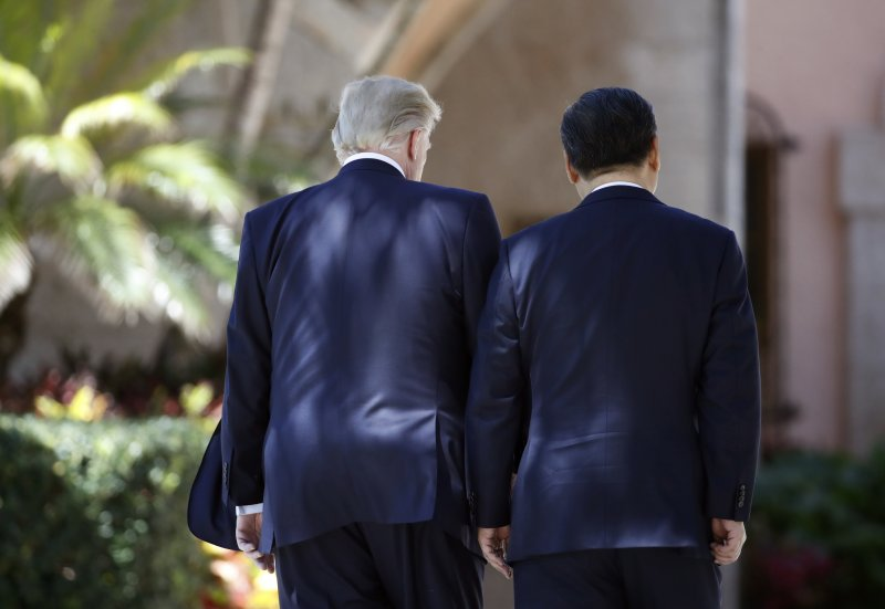 川習會第二天,美國總統川普與中國國家主席習近平7日在佛羅里達州海湖莊園散步(AP)