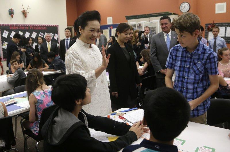 川習會第二天,中國國家主席習近平夫人彭麗媛參觀佛州巴克藝術中學(AP)