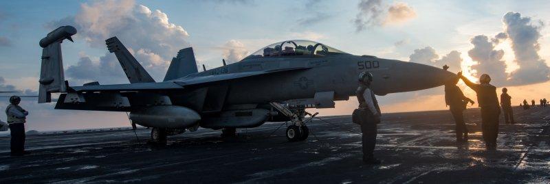 美軍核動力航母卡爾文森號甲板上的電戰機EA-18G咆哮者。(美國海軍官網)