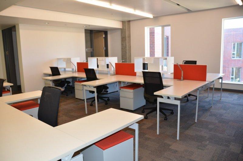 去除隔板的空間讓管理者有更多機會與員工接觸,辦公室工作人員的地位級別更不是用辦公位置來確定。(圖/flickr)