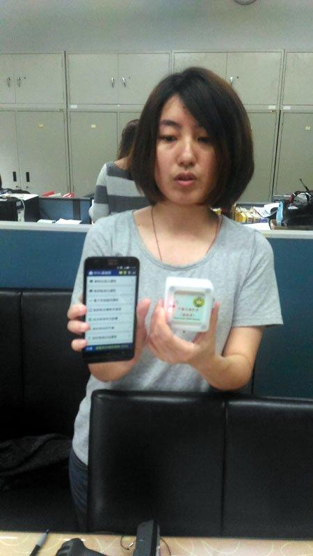新型可攜式讀取器體積小,還可配合一般手機使用,十分方便攜帶。(圖/張毅攝)