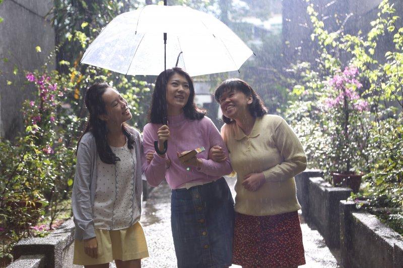 女工們在雨中快樂歡唱著。(圖/外鄉女提供)