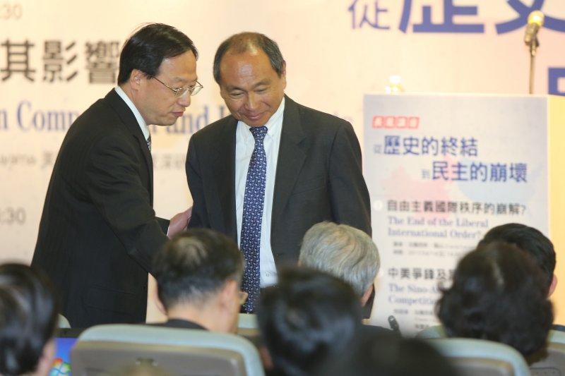 長風基金會邀請史丹佛大學資深研究員法蘭西.福山(Francis Fukuyama,右)以「自由主義國際秩序的崩解」為題演講,並與前行政院長江宜樺對談。(中央社提供)