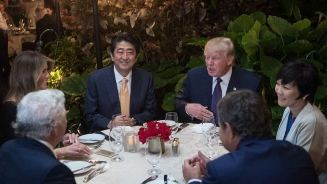 檢測人員發現海湖莊園的衛生問題後幾天,美日兩國領導人就在莊園內用餐。(BBC中文網)