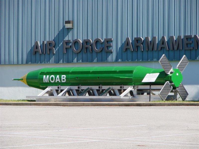 暱稱「炸彈之母」(MOAB)的美軍「GBU-43/B 大型空爆炸彈」(Wikipedia / Public Domain )