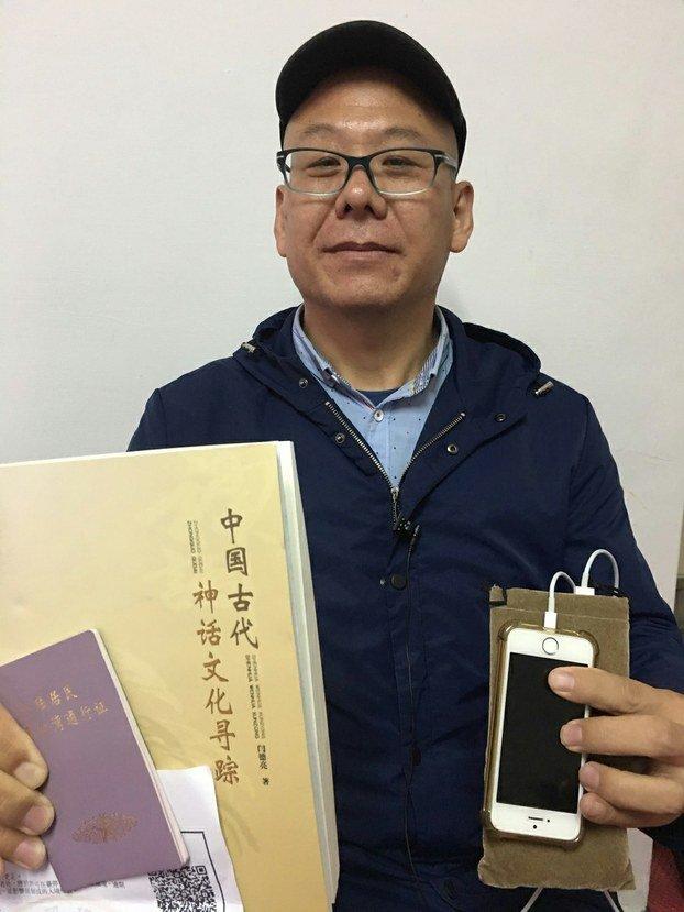 傳中國維權人士張向忠13日跳機台灣,為不被導遊發現,脫隊時僅帶著手機、護照、入境簽證、釋放證明書、五千元人民幣及一本「中國古代神話文化尋蹤」書籍。(取自自由亞洲電台)