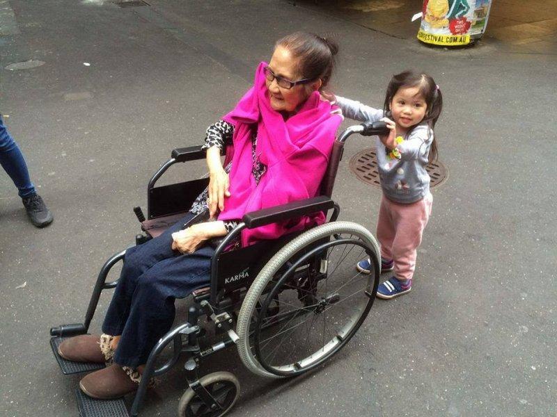 歐齊拉老奶奶行動不便(取自Marianne Santos Aguilar臉書)