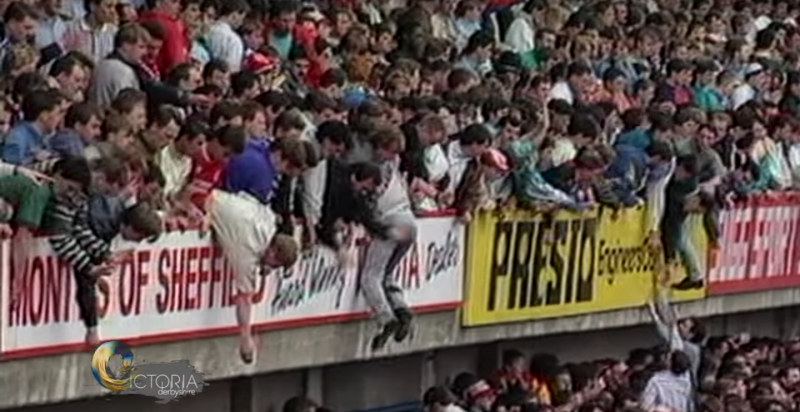 看台區的鐵絲網被擠掉後,球迷不慎摔下看台。(截圖自YouTube)