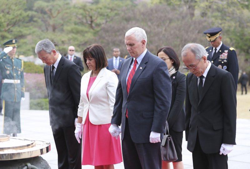 美國副總統彭斯16日造訪南韓,前往韓國國立軍人公墓參拜,妻子和女兒也隨行出訪。(美聯社)