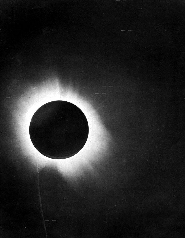1919年,英國天文學家亞瑟·愛丁頓(Sir Arthur Stanley Eddington)觀測1919年5月29日日食的結果,證實愛因斯坦的廣義相對論。(wikipedia/public domain)
