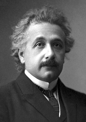 1921年,42歲愛因斯坦獲諾貝爾講時的照片。(wikipedia/public domain)