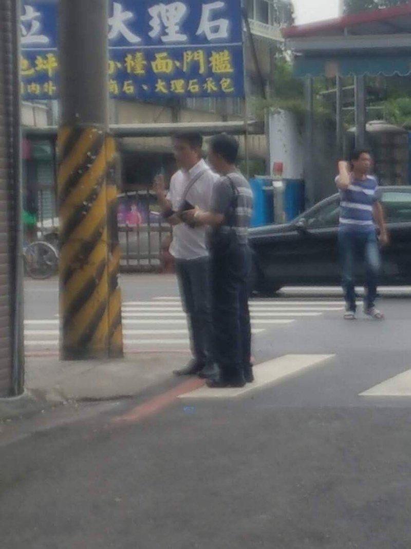 移民署官員下午在王中義家巷子口盯梢。(王中義提供)