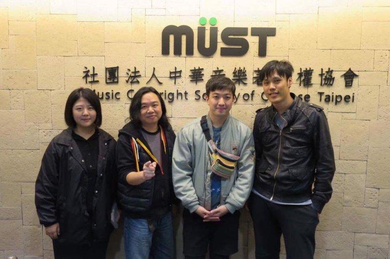 音樂創作人李孝祖(右二)則指出,網路平台的授權合約是大家很容易忽略的一項。有些平台,創作者註冊會員、把音樂上傳後,就等於授權平台方可以永久無償使用這些作品。(取自李孝祖臉書)
