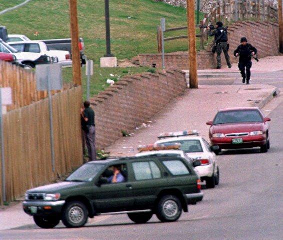 哈里斯和克萊伯德在科倫拜高中裡屠殺時,特警隊成員趕至現場(AP)