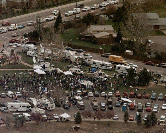 1999年4月21日,舉世震驚的科倫拜校園槍擊案發生的隔天,大批媒體聚集在科倫拜高中附近(AP)