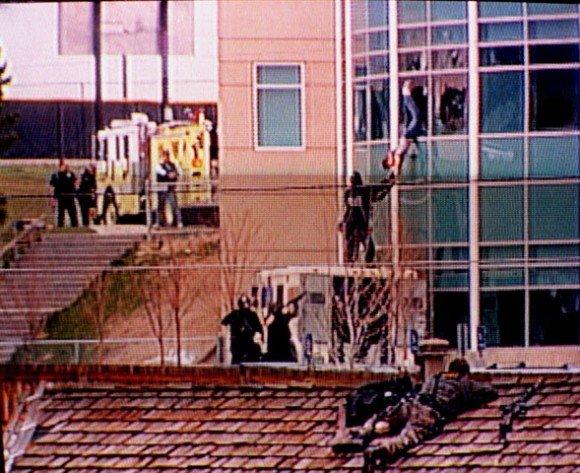 受傷的學生愛爾蘭被特警隊成員從窗戶拉出(AP)