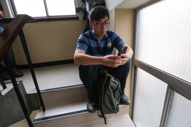 20170419-民進黨立委段宜康19日一早便坐於紅樓樓梯間,等待三樓委員會於七點半開鐵門。(顏麟宇攝)