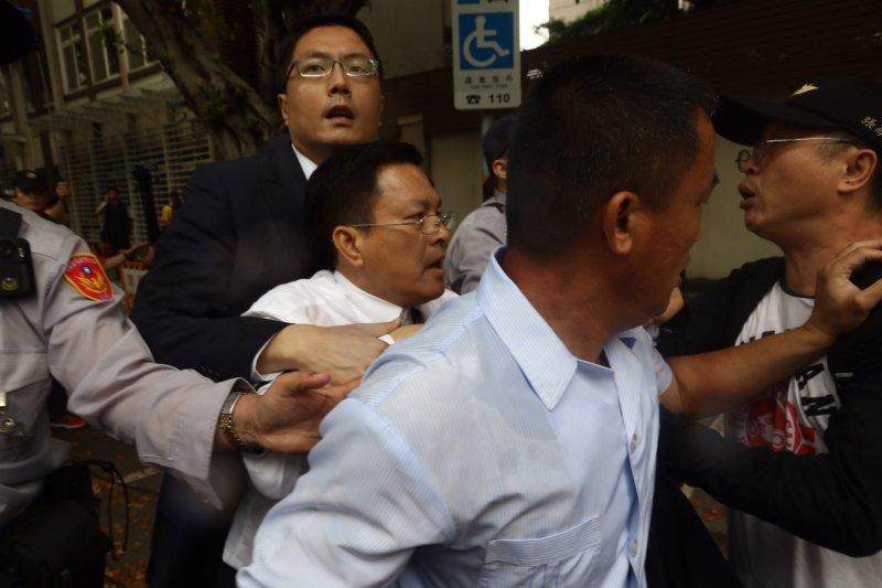 2017-04-19-反年金改革軍公教團體包圍立法院抗議-魏明谷遭拉扯07-曾原信攝